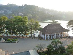 Pohľad na jazierko z horného poschodia chrámu