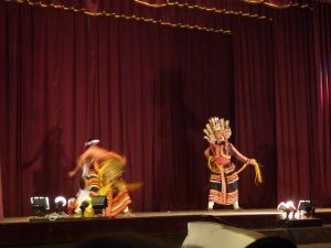 Tanečníci v maskách