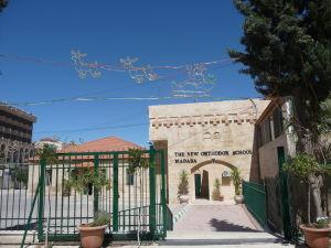 Kresťanská ortodoxná škola v Madabe - všimnime si vianočnú výzdobu v apríli na Veľkú noc