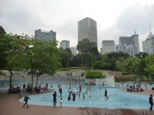 Osviežujúci bazénik pred Petronas Towers