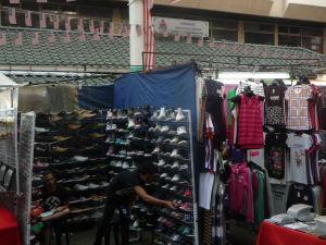 Tržnica na ulici Petaling - Kto by nechcel také tričko, ako má predavač?
