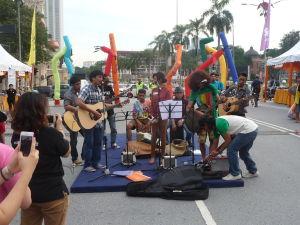 Pouliční umelci na námestí Merdeka