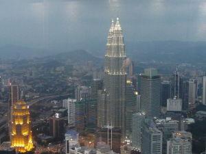Menara KL - Pohľad na Petronas Towers