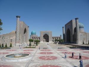 Námestie Redžistan - zľava Ulugbekova medresa, Tilya Kori a medresa Šer-Dor (Levia)