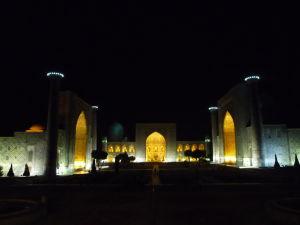 Námestie Redžistan v noci - zľava Ulugbekova medresa, Tilya Kori a medresa Šer-Dor (Levia)