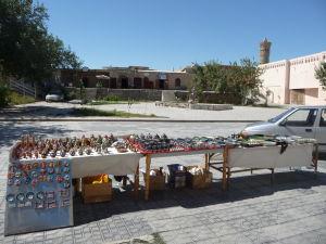 Pouličný predaj tradičnej keramiky a babajčikov
