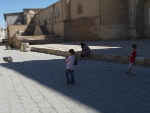 Deti hrajúce sa s vrecami na odpadky, ktoré používajú ako šarkany