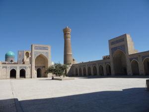 Nádvorie Kalyanskej mešity (Džumy) - Kalyanský minaret v strede