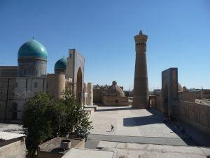 Vľavo medresa (Mir-i Arab), v strede Kalyanský minaret, vpravo Kalyanská mešita (Džuma)