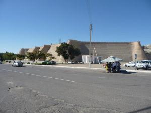Mohutné hradby pevnosti Ark