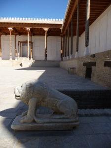 Nádvorie pre audiencie so soškami levov a miestom pre trón vládcu