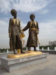 V parkoch sa nachádza mnoho sôch, kde opäť nechýba mramor a zlato