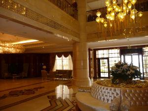 Budovy sú vyzdobené zlatom a mramorom zvonku i zvnútra