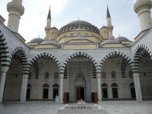 Mešita Ertuğrula Gaziho, postavená po vzore Modrej mešity v Istanbule