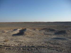 Okolie kráterov je nehostinné, ako celá púšť Karakum