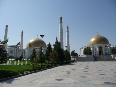 Vľavo mešita Gypjak, vpravo Turkmenbašiho mauzóleum