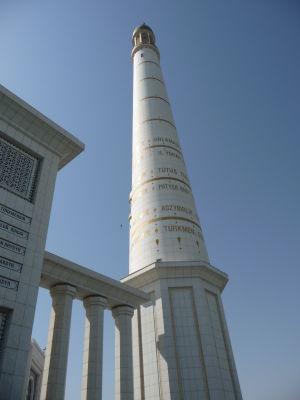 Minaret s textmi z Ruhnamy - Turkmenbašiho knihy