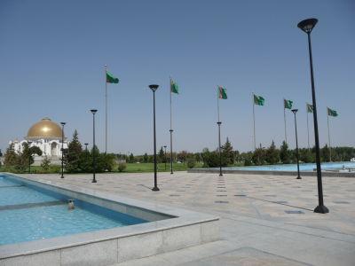 Priestranstvo pred mešitou, vľavo mauzóleum