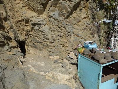 Jaskyňa Gyz-bibi - Ľudia sem chodia prosiť o rôzne zázraky