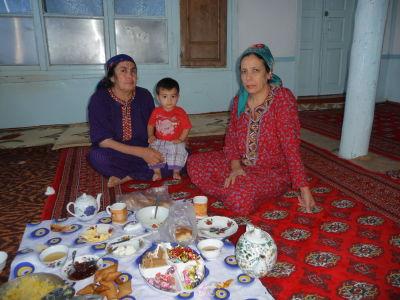 Ženské osadenstvo domu pri raňajkách