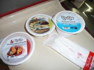 Súčasťou servisu vo vlaku je i jedlo... aj keď nijak zvlášť lákavé