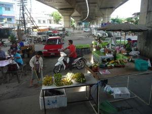 Pohľad z okna vlaku býva zaujímavý, trať prechádza cez tržnice, slumy, ...