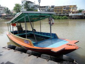 Zo stanice na ostrov vás môže dopraviť loďka