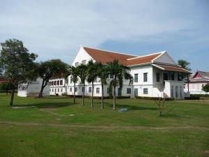 Palác disponuje rozsiahlymi vonkajšími priestormi