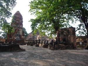 Veža a sochy Budhu v chráme Wat Maha That