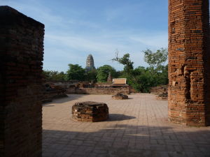 Ruiny chrámu Wat Maha That a v pozadí veža (prang) chrámu Wat Racha Burana