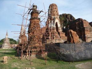 Stupy a veže chrámu Wat Maha That
