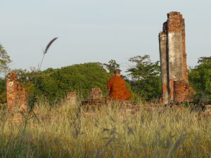 Mních meditujúci v ruinách chrámu Wat Phra Si Sanphet