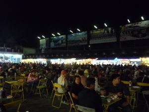 Food court na nočnom trhu v Chiang Rai