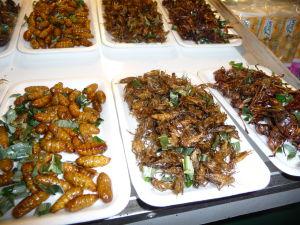 Delikatesy na nočnom trhu v Chiang Rai