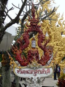 Biely chrám (Wat Rong Khun) - nájdeme tu plno gýčovitých dekorácií