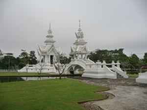 Biely chrám (Wat Rong Khun) - priľahlé budovy sú tiež biele