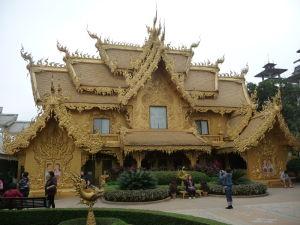 Biely chrám (Wat Rong Khun) - aspon trochu zlatej padne dobre, po toľkej bielej