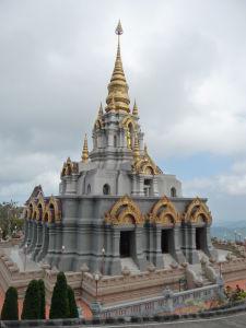 Chrám  (stupa) Phra Boromathat Chedi - poskytuje nádherné výhľady na okolie