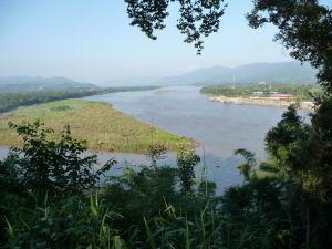 Trojhraničie medzi Barmou (vľavo), Thajskom (dolu) a Laosom (vpravo) na sútoku riek Ruak a Mekong