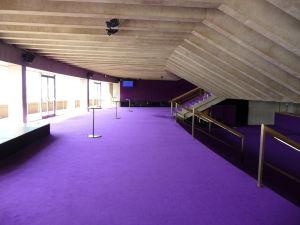 Fialové interiéry vstupnej haly