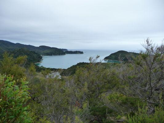 Abel Tasman NP - Na ceste po pobreží sa miestami otvárajú krásne výhľady na more