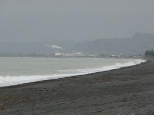 Napier - plážová promenáda - pláž z čierneho piesku nevyzerá práve najlákavejšie