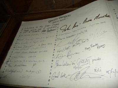 Pamätná kniha s podpismi hercov z filmu Hobbit
