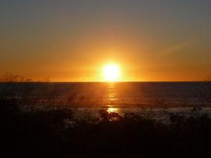 Západ Slnka nad plážou pri Black Rock