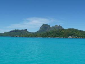 Bora Bora je typický ostrov sopečného pôvodu - v strede sa týči vysoké skalisko, ktoré stojí nad centrom, z ktorého vyvierala láva von z útrob Zeme