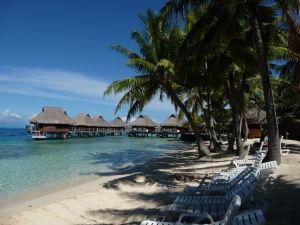 Typické bungalovy nad morskou hladinou a súkromná pláž