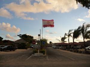 Prístav vo Vaitape a vlajka ostrova Bora Bora