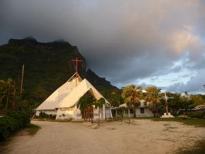 Kostol vo Vaitape a vrch Mt. Pahia