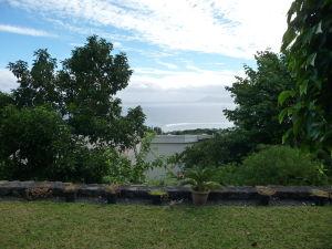 Tahiti - Pohľad na oceán, v pozadí ostrov Moorea