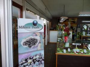 Papeete - Hlavná tržnica - Jeden z mnohých obchodov s čiernymi perlami a šperkami z nich